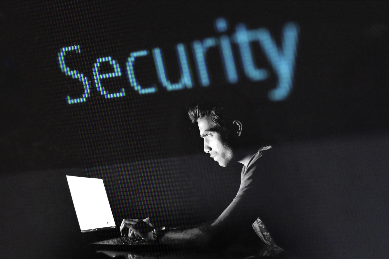 Foto von methodshop--1460919: https://www.canva.com/photos/MADQ5I6TNL0-man-researching-on-laptop-with-security-sign/