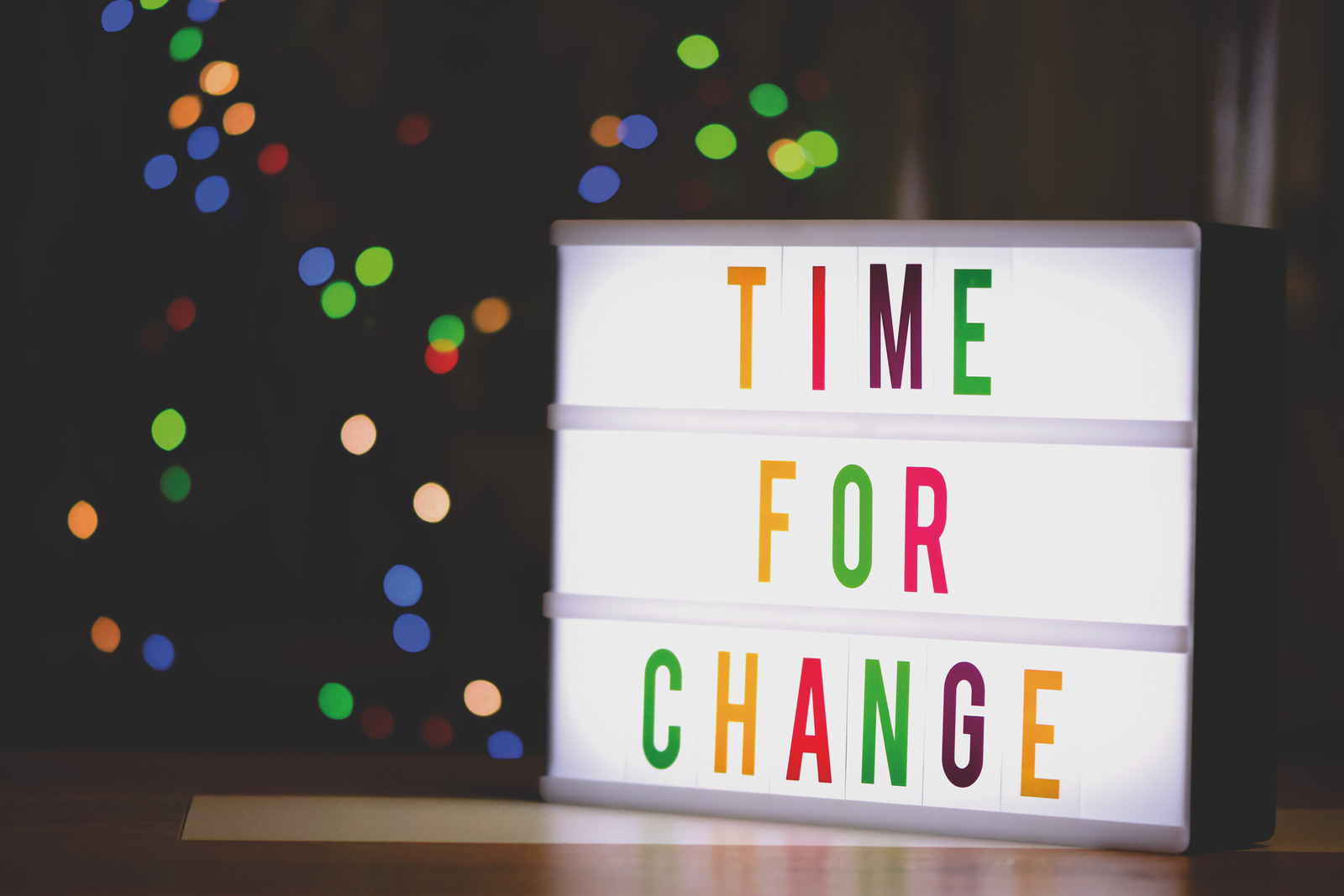 Foto von Alexas Fotos: https://www.canva.com/photos/MADyQ8Yt_6U-time-for-change-sign-with-led-light/