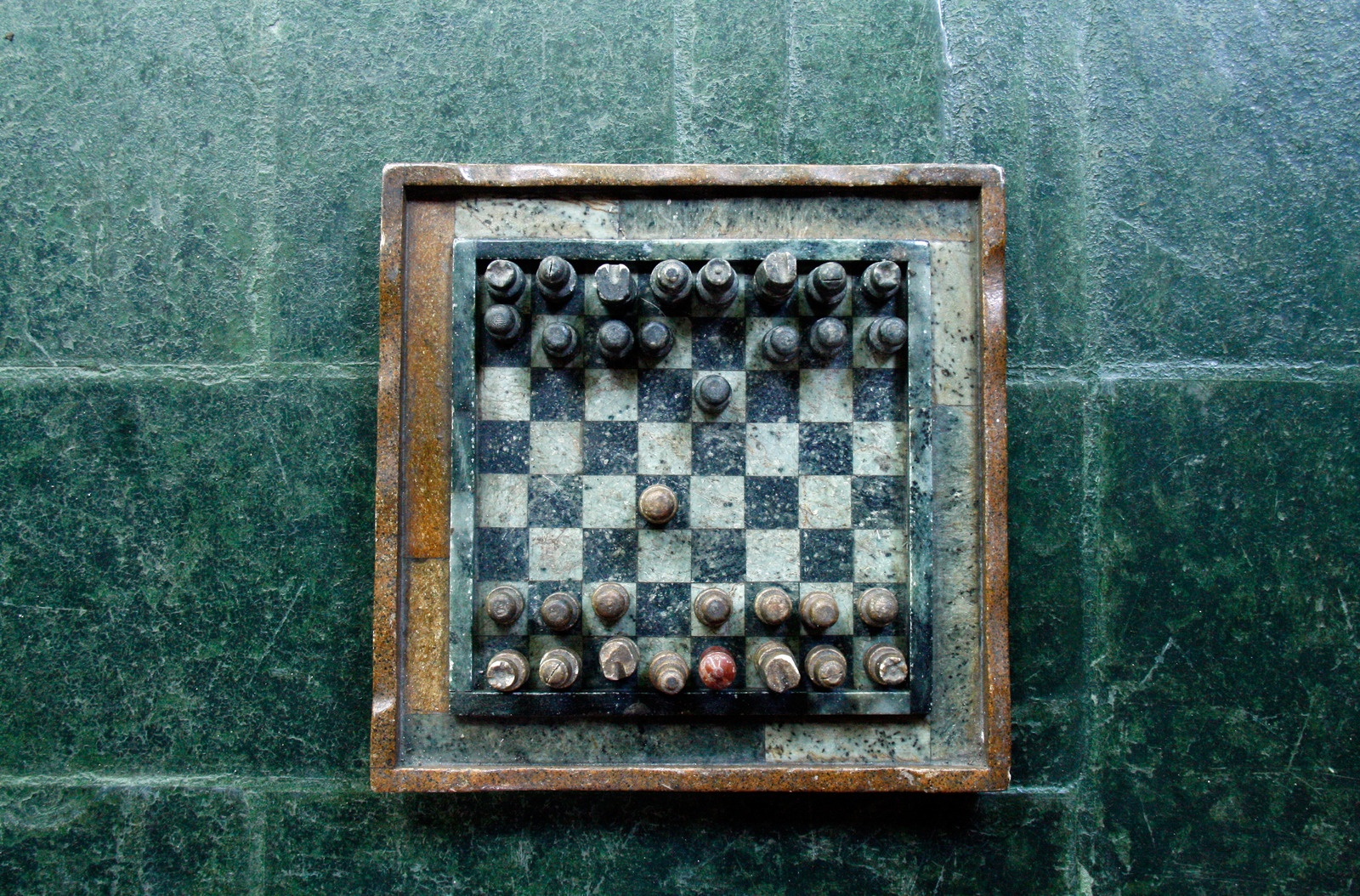 Foto von Claire Thibault: https://www.canva.com/photos/MADGyFYV_jI-chessboard-on-green-surface/