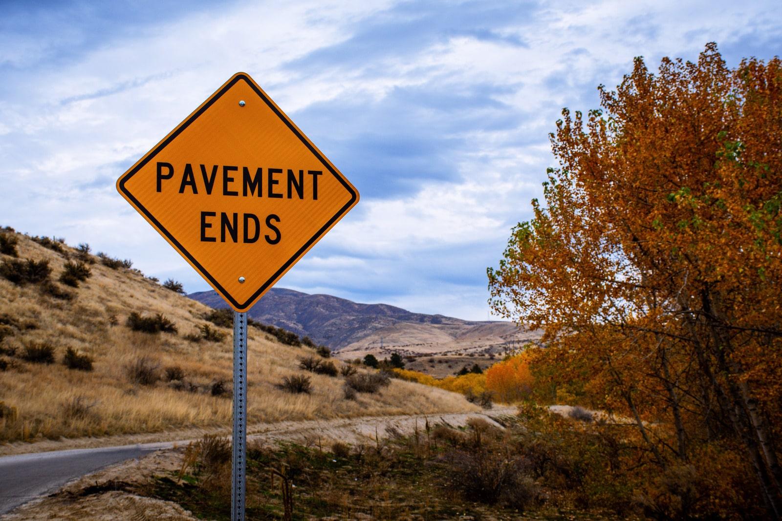 Foto von Brett Sayles: https://www.canva.com/photos/MADyRuP7agI-pavement-ends-road-signage/