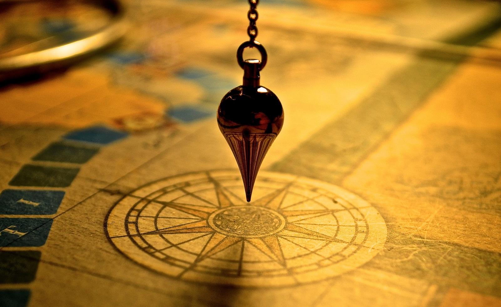 Foto von poupoune05--4055465: https://www.canva.com/photos/MADQ45srtgI-pendulum-on-a-map/