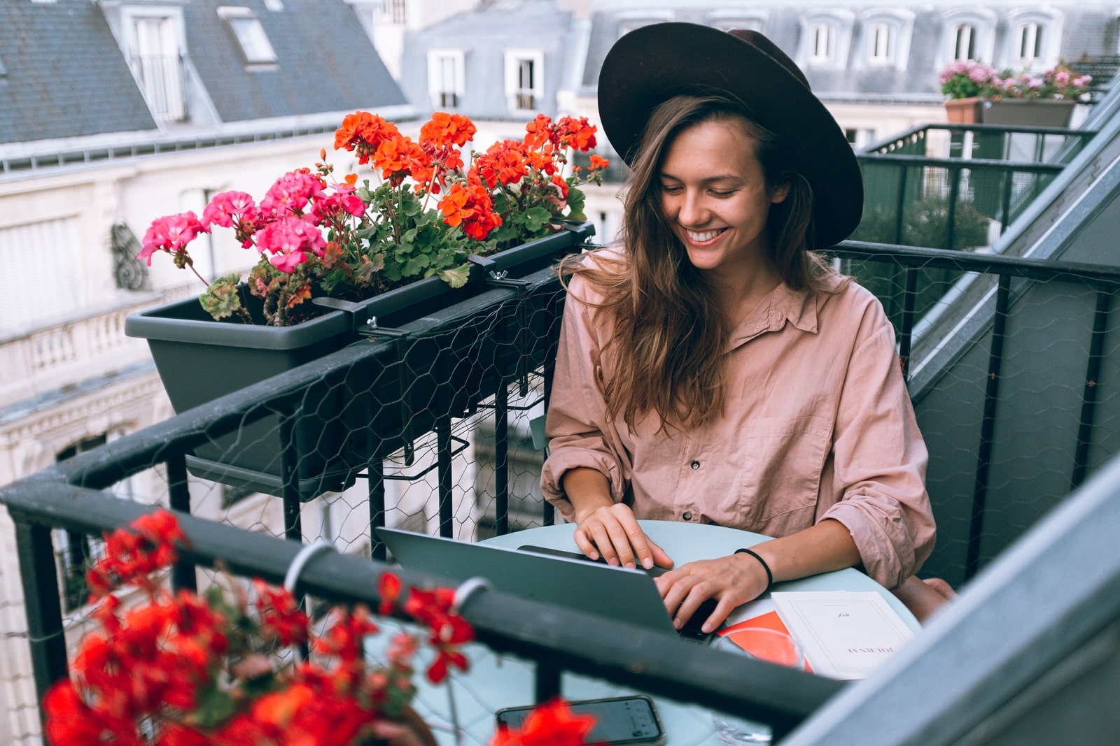 Foto von Daria Shevtsova: https://www.canva.com/photos/MADyQx--2RY-woman-wearing-beige-dress-shirt-using-laptop-computer/