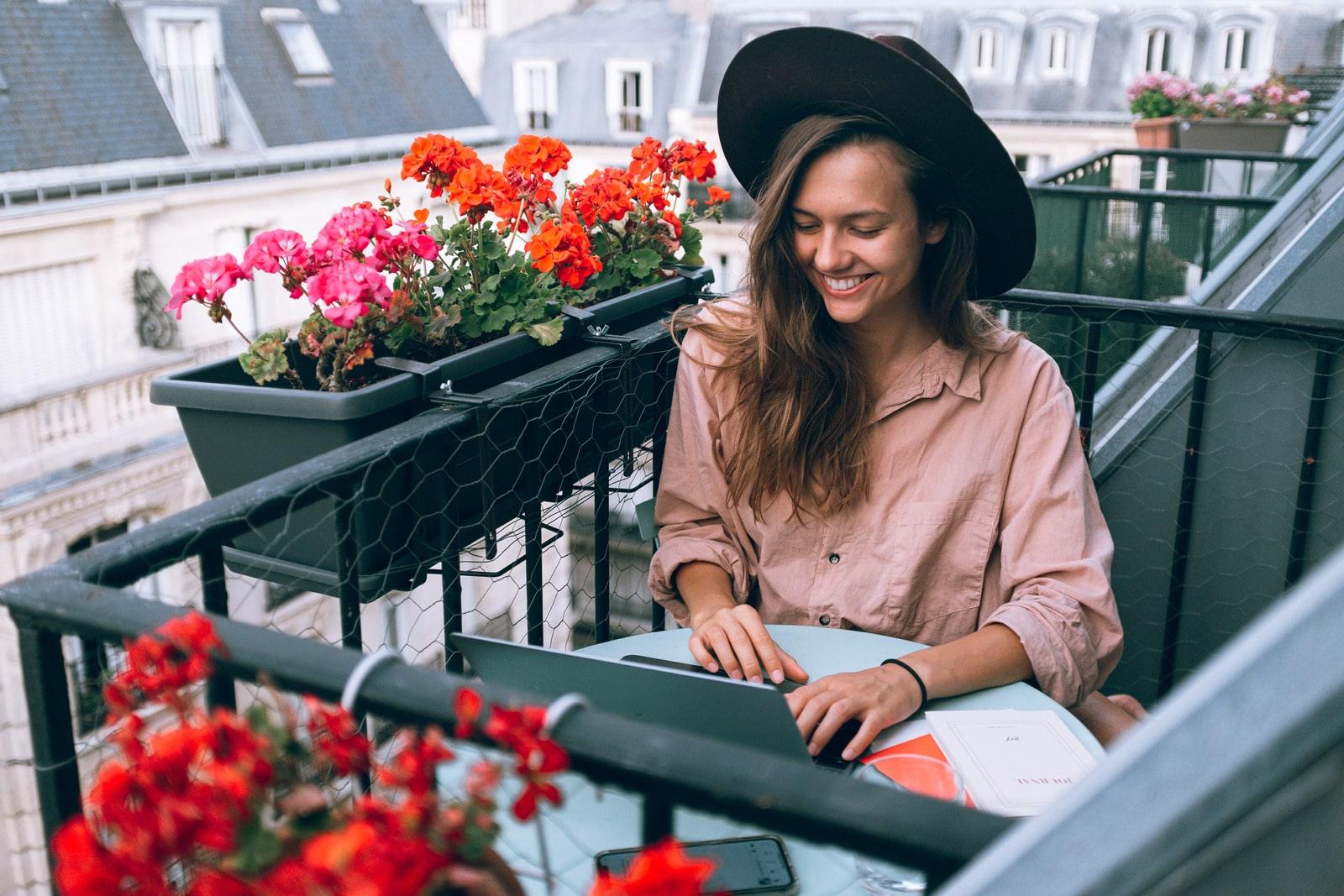 Foto von Daria Shevtsova: https://www.canva.com/photos/MADyQx--2RY-woman-wearing-beige-dress-shirt-using-laptop-computer/