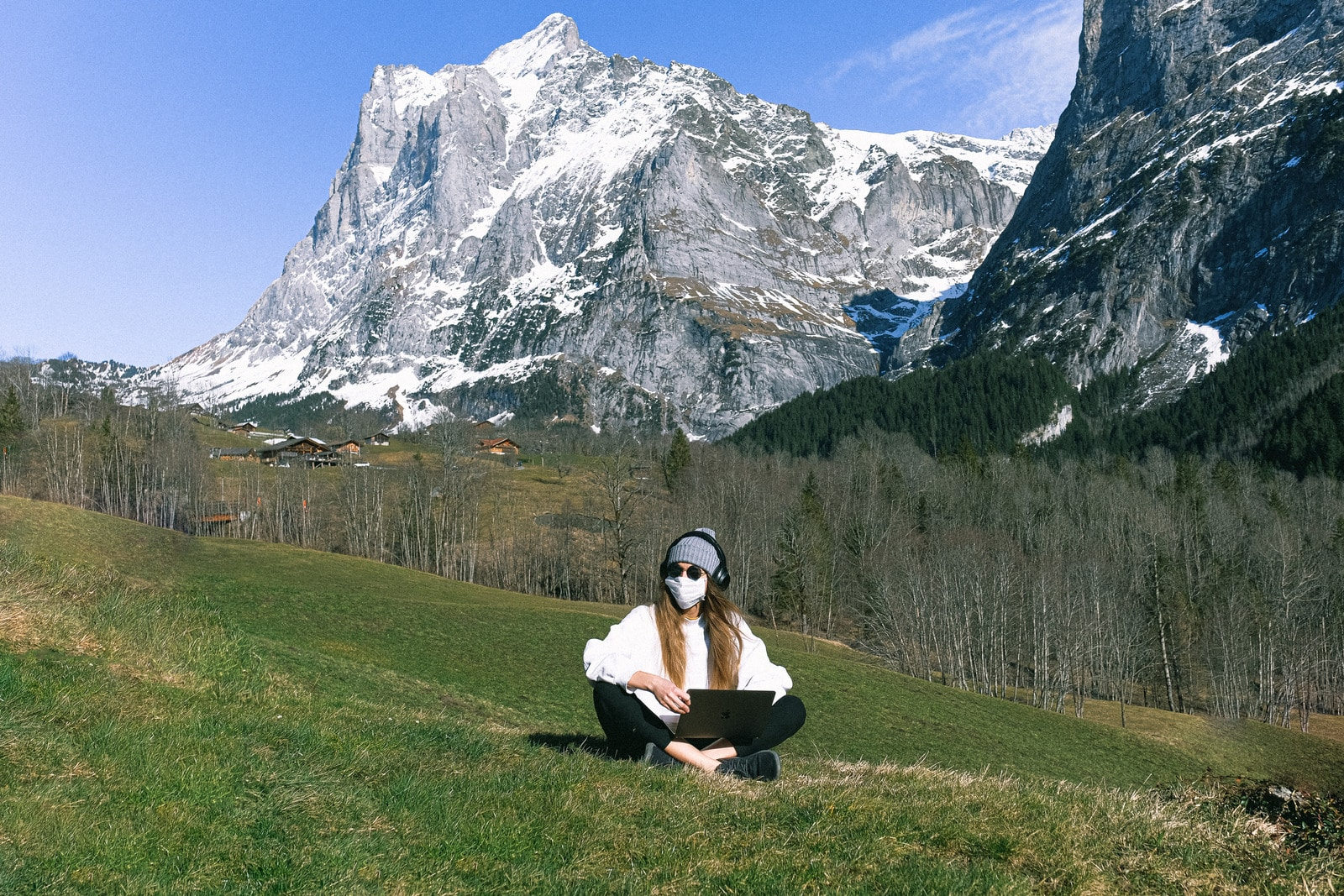 Foto von Anna Shvets: https://www.canva.com/photos/MAD2zrC4Q7M-woman-wearing-face-mask-on-mountain/